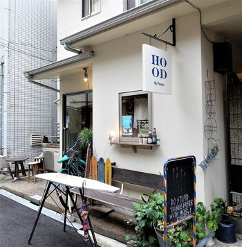 狭い路地裏にこっそり佇んているカフェ。たどり着くまでの道のりもわくわくして楽しいですよね。外観はシンプルで、洗練された雰囲気。