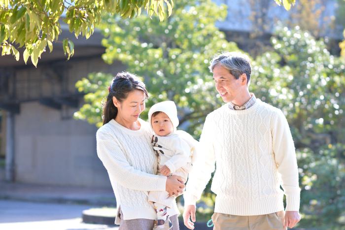 自分の親であり、今では大切な我が子を無償の愛で包み込んでくれる『おじいちゃん・おばあちゃん』。  幼い子供をもつママは、敬老の日、誕生日など「何か良いタイミングがあれば、感謝を伝えたい」という方は多いのではないでしょうか。  今回はそんなママの為に、自分の両親(=わが子にとっては『おじいちゃん・おばあちゃん』)が喜ぶ、子供の愛らしさが詰まったギフトをご提案♪