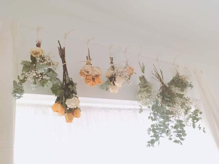スワッグとは、花束のこと。ドライにしたお花やグリーンを、無造作に束ねて花束のようにしてお部屋に飾ってみましょう。素朴で優しい色合いは、インテリアにアクセントをプラスしてくれます。