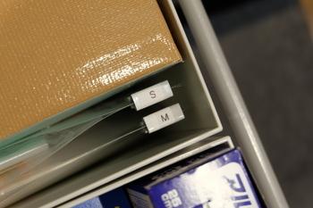 ラベリングしたダブルクリップを留めることで、上からでもサイズがわかるのでとっても便利です。  立てることで、わずかな隙間に収納することができます。