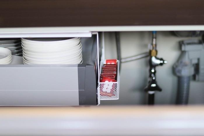 引き出しの横にマグネットつきのメッシュバスケットをくっつけて、排水口の洗浄剤を収納。冷蔵庫の小分け収納にも利用できそうなアイデアです。