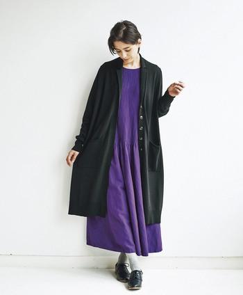 パープルとブラックは、色気のある大人っぽさを演出するのにぴったりな配色です。ブラックに映える鮮やかなパープルが、エレガントな大人の女性の雰囲気を作り出してくれます。