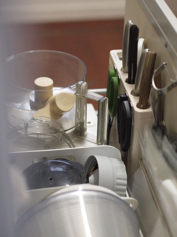 貼ってあるのは、包丁差しの側面。 キッチンの「刃物」系をまとめることで、出し入れが楽になったそう。