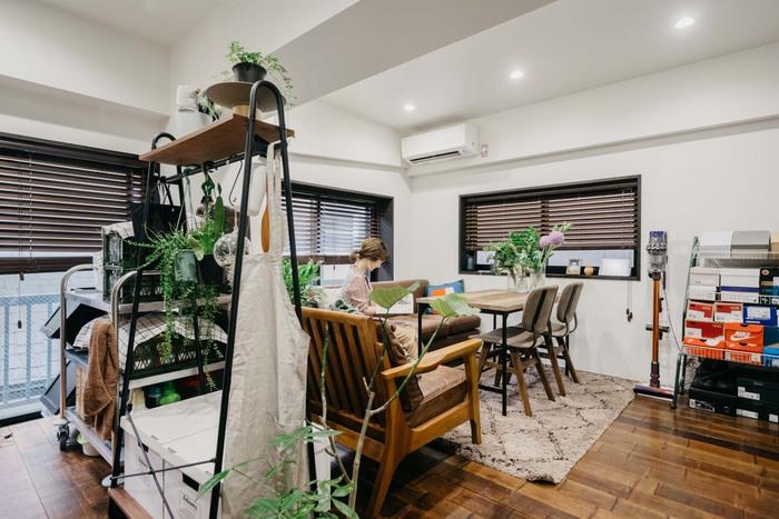 ソファの背面にラックを置いて、キッチンとリビングスペースを仕切っています。リビングダイニングがひとつのお部屋では、こうしてスペースを仕切ると使いやすく、キッチンの使い勝手も上がります。