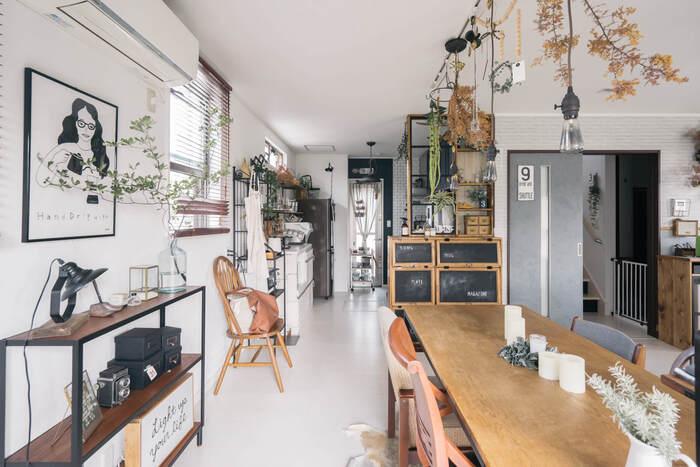 リビングとキッチンを適度に目隠ししてくれる、収納を兼ねたパーテーション。棚の中には食器が収納されていて、ダイニング側は扉付き、キッチン側からはそのまま収納できるようになっています。DIYならではの使い勝手の良さが魅力的ですね。