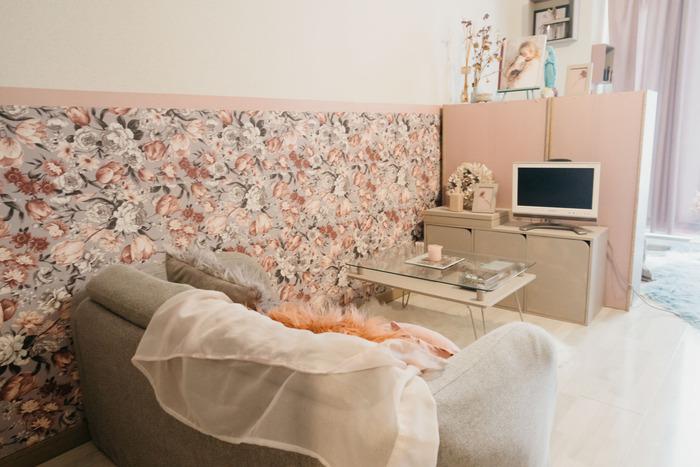 カラーボックスを置いて、奥は収納スペース、手前はテレビとソファ、テーブルのリラックススペースに。アクセントクロスと高さを合わせることで、お部屋も広く見えます。
