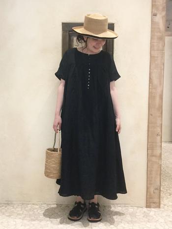 黒いワンピース1枚だけだと重くなってしまうので、麦わら帽子とかごバッグで軽さをプラスして。ラクちんだけどおしゃれで、ちょっとしたおでかけにぴったりなスタイルです。