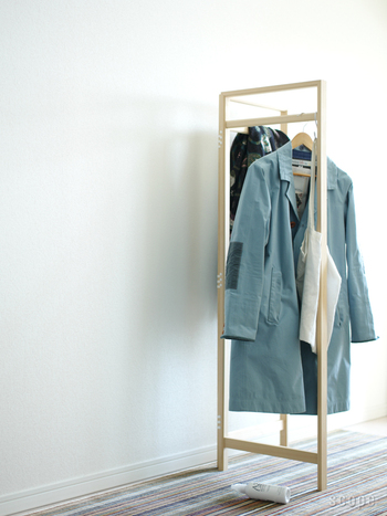 コート類やスーツなどは、やっぱり掛ける収納が便利なもの。こんな風に、ハンガーラックを間仕切り代わりに使うというアイデアもあります。