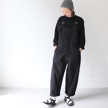 ボーイッシュな印象になりがちなサロペット。全体を黒でまとめることで大人っぽく着こなすことができますよ。サンダルと合わせてもかわいいので、ちょっと外に出る時にぴったりですね。
