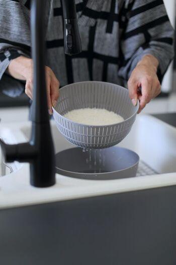 はじめに水を加えたら、浮き出た汚れやぬかなどを米が吸わないよう、軽く底から混ぜてすぐに水を捨てます。その後研いでいきますが、割れやすい新米は特に優しく扱うことが大切です。手指を立て、円を描くようにボウルの中を20回ほど混ぜたら、3〜4回素早く洗い流しましょう。