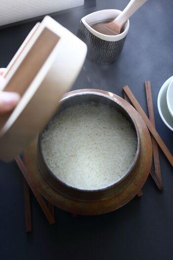ぴかぴかの輝きを放つ真っ白な新米は、まさに秋の実りを代表するご馳走。もちもちとした食感とお米ならではの甘味をしっかりと味わえるのが特徴ですが、水分含有量が多いことや割れやすいことなどから、上手に炊くためにはちょっとした気配りも必要です。