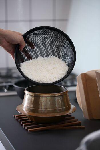 浸水を終えたお米を炊飯器(または蓋付き鍋や土鍋)にセットします。新米はもともと水分を多く含むため、炊飯の際の水量を古米の時と同じにすると、炊き上がりが柔らかくなりすぎることがあります。好みによって、心持ち水量を控えると良いでしょう。例えば炊飯器で炊く場合なら、いつもの目盛りから大さじ1.5杯程度水を減らしてみて下さい。