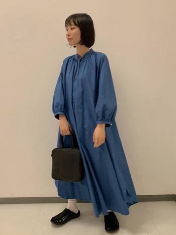 羽織としてもワンピースとしても着られる万能なシャツワンピース。きれいなブルーのシャツワンピースなら、1枚でしっかりおしゃれに見えますね。