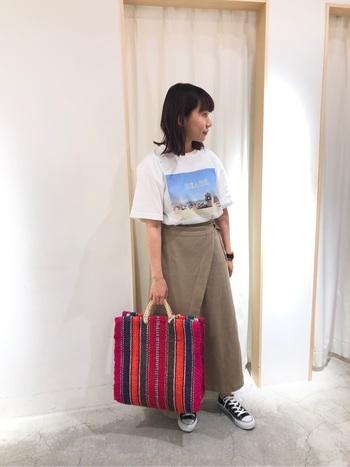 Tシャツにスカートを合わせたシンプルなワンツーコーデ。カラフルな大きめバッグを合わせるだけで、一気におしゃれな印象に。大きめサイズなのでPCなど入れられて、カフェでの作業もはかどりそうです♪