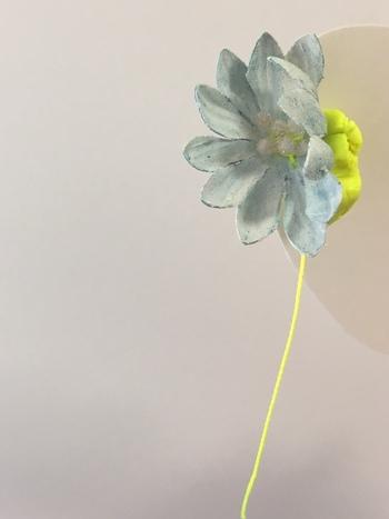 花の彫刻を思わせるイヤリング。くすみ色とイルミカラーの組み合わせが目を引きます。写真のようにイヤーカフとして身につけるのもおすすめです。