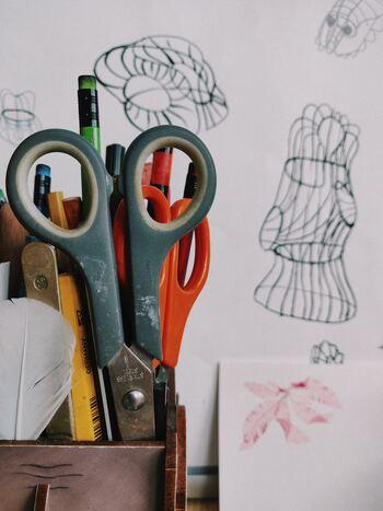 [簡単なあらすじ]  「marimekko(マリメッコ)」の創設者アルミ・ラティアは、ヘルシンキのデザイン学校を卒業し、織物工房を設立します。しかし戦争のため、すぐに閉鎖を迫られてしまいます。その後、女性の活躍を訴え、1951年にデザイン会社としてmarimekkoを設立します。そんな彼女の人生は決して簡単なものではなく、波乱万丈の人生でした。今や世界に多くのファンを持つブランドとなったフィンランドで最も有名な女性起業家の物語です。