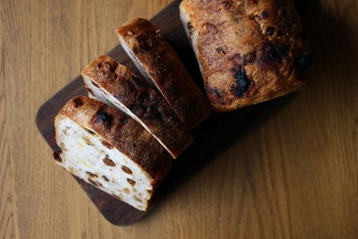 レーズンとクルミが入った食パンのレシピです。生地を一晩寝かせて作るので、休日の前夜に仕込むのがおすすめ♪しっかり焼いて、皮が香ばしくなるように仕上げましょう。