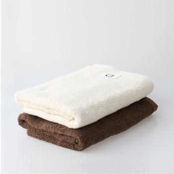 "「CLASKA Gallery & Shop ""DO""(クラスカ ギャラリー&ショップ ドー)」 オリジナルの愛媛県今治産バスタオルは、肌触りが柔らかく、ふわふわとボリュームのあるタオル。毎日ホテルの気分を味わえます。"