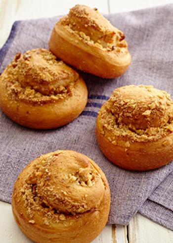 きび砂糖とクルミを巻いて焼き上げたロールパンのレシピ。長方形にのばしたパン生地に具材を巻き込んでカットするだけなので、成形する手間がなくて楽チンです。
