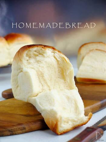 リッチな香りとシルキーな口どけが後をひくおいしさのこちらの食パン。食パン型がなくてもパウンド型で代用できますよ。サンドイッチにもどうぞ。