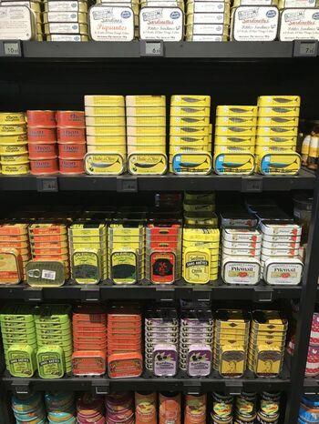 フランス人も家庭では意外と多用する缶詰。大きさも値段も手頃でパッケージも素敵なので、たくさんの人に配るお土産としておすすめです。イワシやオリーブ、パテなど種類も豊富です!
