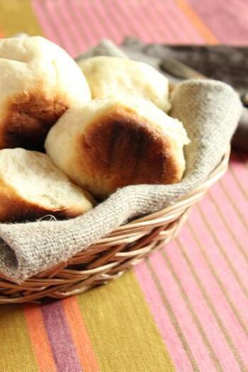 こちらのちぎりパンはオーブンを使わず鍋とコンロで作るレシピ。生地を鍋の中に入れ、中火で5秒だけ加熱したらそのまま発酵します。バターの代わりにオリーブオイルを使うので、手軽に作れるちぎりパンです。