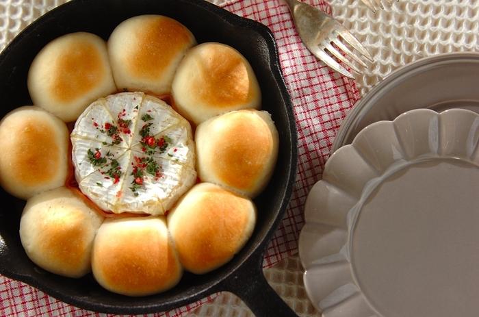 こちらはスキレットで作るおしゃれなちぎりパン。カマンベールチーズを一緒に焼いて、パンに付けながら食べるレシピです。おもてなしにもおすすめの見た目が◎あつあつの内にぜひ頂きましょう。