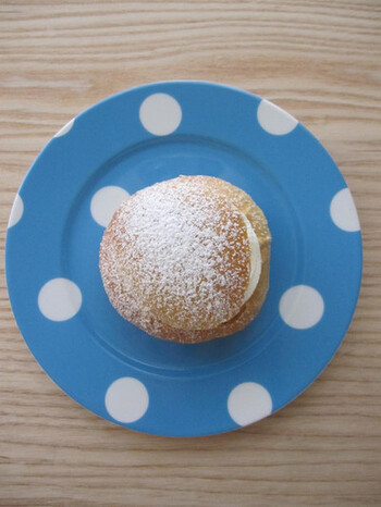 スウェーデンの伝統的な菓子パンであるセムラ。スパイスのカルダモンを効かせたパンにアーモンドペーストと生クリームを挟んで頂くパンです。パンを上下にカットしてクリームを挟めば、まるでスイーツのようなかわいい見た目に♪