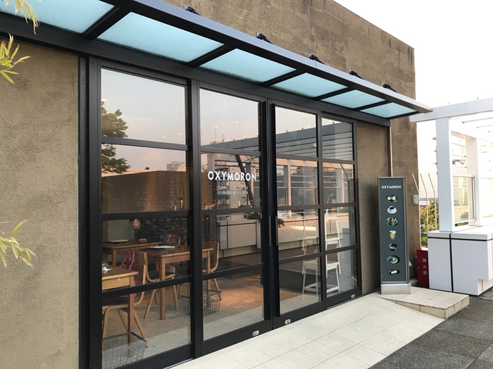 玉川高島屋の南館7Fにある「オクシモロン」、鎌倉に本店を構える人気カフェでスパイシーなカレーが美味しいと評判のスポットです。
