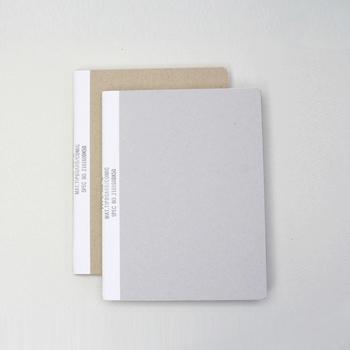 表面的な見た目からはなれ、素材に注目し、素材を第一に考えたデザインが特徴の「MUCU(ムク)」。漫画や週刊誌などで使用されるコミック紙を中紙にしたノートは、ふんわりとした書き心地が魅力です。
