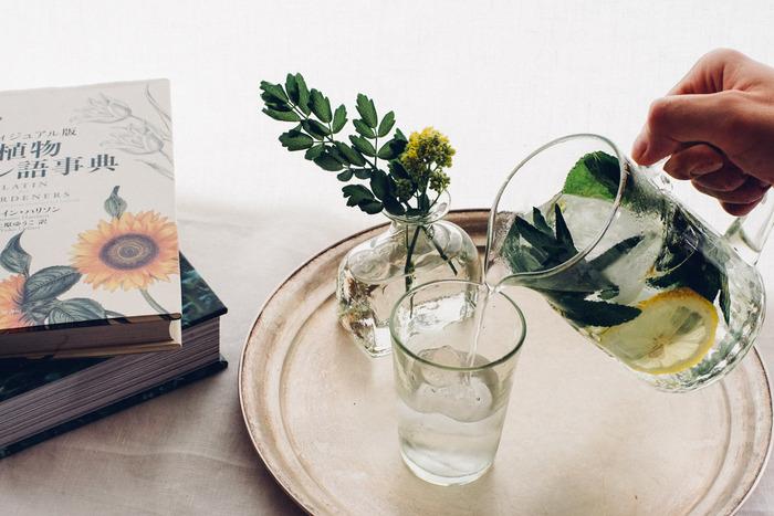 生活の中に花があると、ほっと気持ちが安らぎます。そんな可愛い花を、より可愛くする緑がかった手作りのくるみガラスは、水と光が美しく反射します。