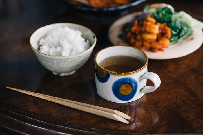 コーヒーやお茶だけじゃなく、スープカップとしても使えるマグカップ。温かみのある雰囲気は食卓にすっと馴染み、心をリラックスさせてくれます。