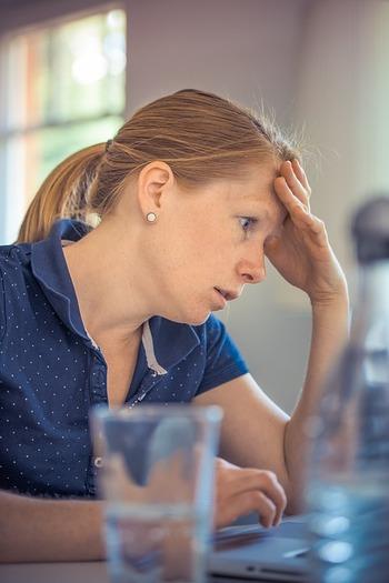 近年、猛烈な夏の暑さが観測されるようになり、外に出るとどうしても体が疲れ、ストレスが溜まるようになってきました。  そうした疲れを毎日の睡眠では回復することができなくなり、少しずつ蓄積されたストレスが秋バテの原因となっていることもあります。