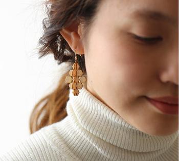 タートルネックを合わせても重くならない自然な雰囲気は白樺の素材だからこそ。大人可愛い存在感のあるピアスです。