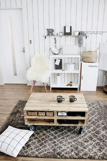 リビングは家の中でも特に居心地を良くしたい場所。収納できる場所があれば、とことん利用しましょう。例えばリビングテーブルは、棚や引き出しが付いているタイプがオススメです。小物類がきれいにまとまりますよ♪