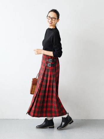 """毎シーズン人気の、""""はまじ""""ことモデルの浜島直子さんと一緒につくる『はまじとコラボ』シリーズに、秋らしいチェックのロングスカートが登場です。 トラッドなキルトスカート風デザインは、ベルトを外さずにスポッと着脱でき、プリーツは両サイドのみで座るときの気遣いも不要。気軽にはける工夫がされています。 それでいて、ストンと落ちた大人っぽいシルエットがきれい。動きに合わせて揺れるプリーツは気分が上がるかわいさです。シンプルなトップス一枚と合わせても決まる、コーデの主役級アイテム。"""