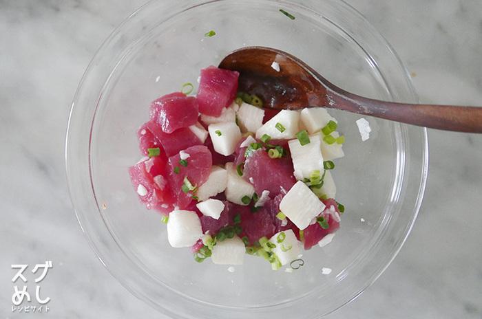 和え物のコツは、和えてすぐ出した方が良い食材と、少し置いた方が良い食材を知ること。比較的水分が多い魚系の和え物はささっと和えて食卓に出した方がおいしく召し上がることができます。逆に、乾物の切り干し大根など味が染み込むものは少し置いてからでもおいしくいただくことができますよ。また塩昆布を使う場合は、じんわり昆布の旨みが染み込むのでスピーディーより少し置いた方が味が馴染みます。様々な食材の組み合わせに注意して色々アレンジしてみてくださいね。