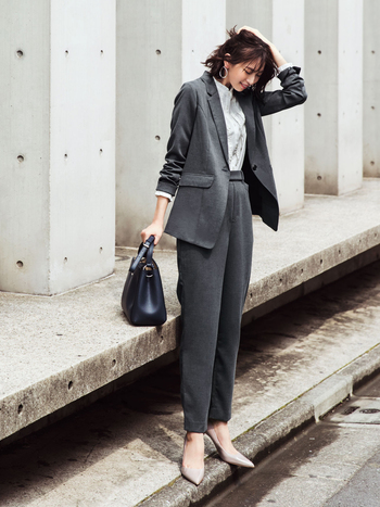 """スタイリッシュで洗練された大人の女性を演出できるグレーのスーツは、仕事・プライベートともに着用シーンは意外とあるもの。累計5.9万枚以上売れている人気シリーズ『バレエフィット®』の新作は、より""""本格派""""見えするリュクスな素材感にバージョンアップしています。 シリーズの特長である軽やかな着心地はもちろん、抗菌防臭機能付きで快適。表面が杢調の布はく素材は、上品さとこなれた雰囲気を持ち合わせ、かっちりし過ぎないバランスのよさが""""ちょうどいい""""感じです。"""