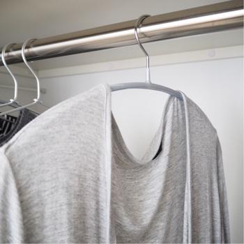 例えばこちらは、【ニトリ】の「すべりにくいアーチ型ハンガー」。薄手の洋服もサっと掛けられるので、片付けが楽になります。