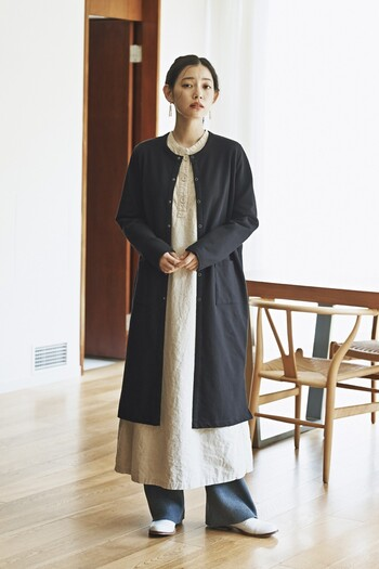 秋口に寒さを感じた時は、ワンピースにロングカーディガンをオンして。襟元がスッキリとしたヘンリーネックなら、レイヤードスタイルもすっきりまとまります。