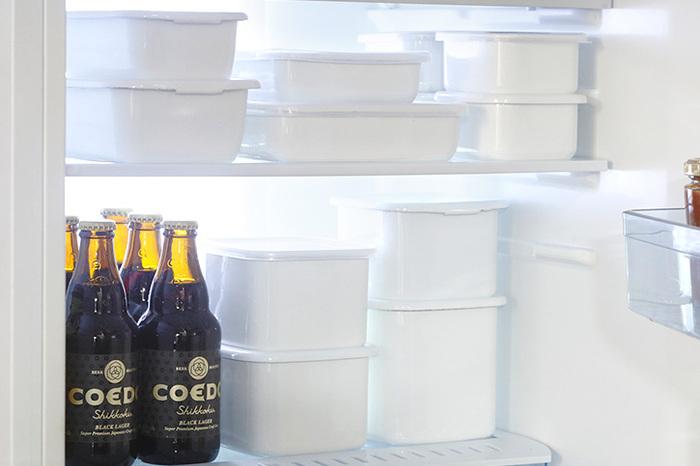 しかも薄いので、冷蔵庫内でもかさばらず、効率的に積み重ねることができます。蓋も、中が見られるシール蓋や、密閉蓋、琺瑯蓋などいろいろなタイプがあります。