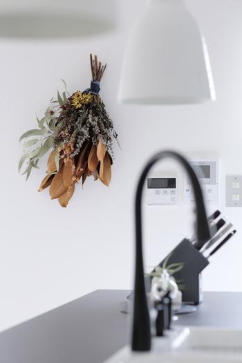 寂しげで寒々しく感じる白い壁に、ドライフラワーのアレンジをディスプレイ。秋冬のインテリアには、グリーン系の植物を飾るより、ブラウン系のドライ植物を飾った方が馴染みますね。