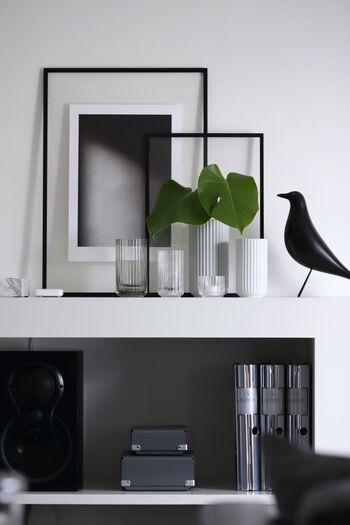 春夏バージョンでは、リビングの棚に、鮮やかなグリーンのモンステラと、サイズの異なるガラスの容器をディスプレイ。