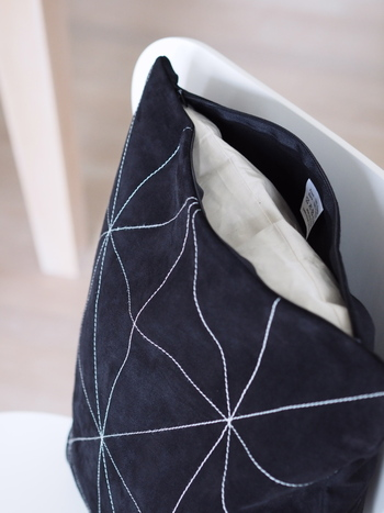 夏っぽい色や素材のクッションカバーも、涼しくなってきたらコーデュロイやベロアなど温かみのある素材のものにチェンジしてみませんか?