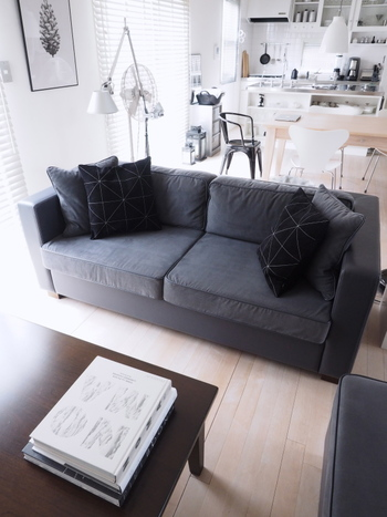 ダークな色のクッションカバーに替えると、お部屋に重厚感が生まれ秋っぽい雰囲気になります。