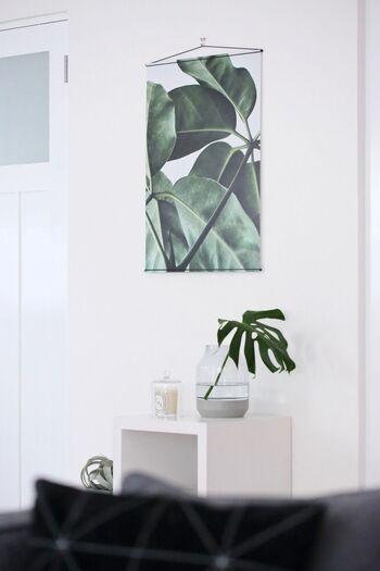 夏は、躍動感あふれる緑の植物のポスターを壁に飾って。爽やかで涼しげな印象ですね。