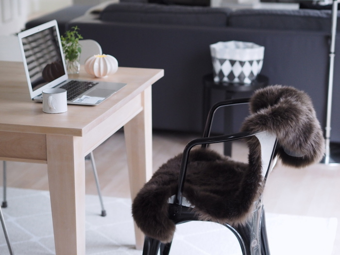 スタイリッシュなスチール製のアームチェア。夏はそのまま座ると涼しげですが、冷えが気になる秋になったら、ファーのラグを掛けて快適チェアに。モフモフの感触で、座り心地もラクラクです。