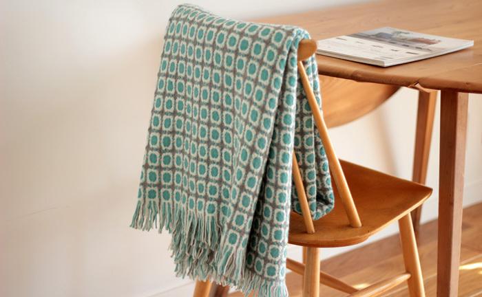 柔らかなラムウールをふわりと織り上げた、北欧フィンランド「ラプアンカンクリ」のスローブランケット。日の差し込む窓辺に座って、おばあちゃんが愛情込めて編んでくれたような、そんな懐かしくて暖かな光景が浮かぶブランケットです。