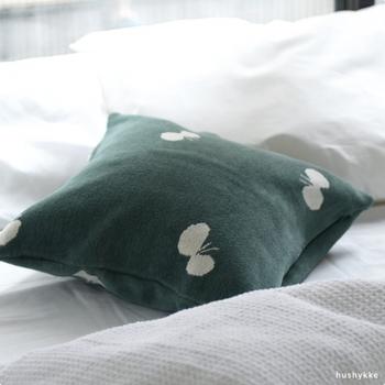 クリッパンとミナ ペルホネンがコラボレーションした、蝶々柄のクッションカバー。北欧ならではのシンプルでモダンなデザインが魅力。