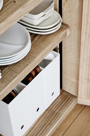 片付け上手さんが様々な場所に活用しているのが、シンプルなファイルケース。テーブルウェアやキッチンアイテムを立てて収納できるので、省スペースにまとまります。